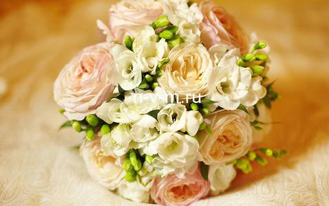 Свадебный букет № 90 Букет из пиовидных роз, фрезии, ножка или портбукетница. Доставка букета Москва