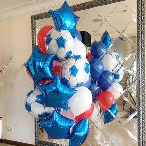 композиция из шаров с футбольными мячами