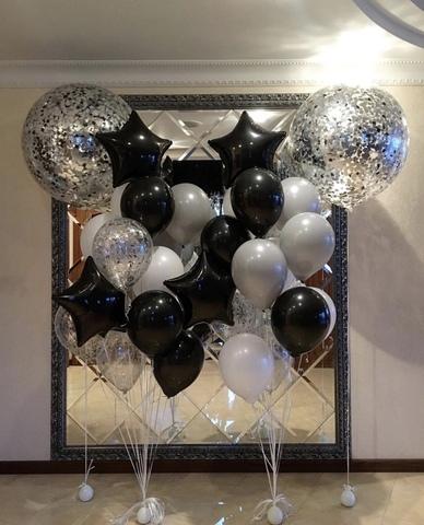 стойка из серебряных и черных шаров