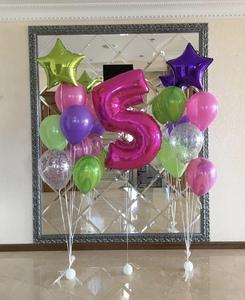 композиция из розовых и салатовых шариков с цифрой
