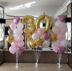 золотая цифра с розовыми и золотыми шариками