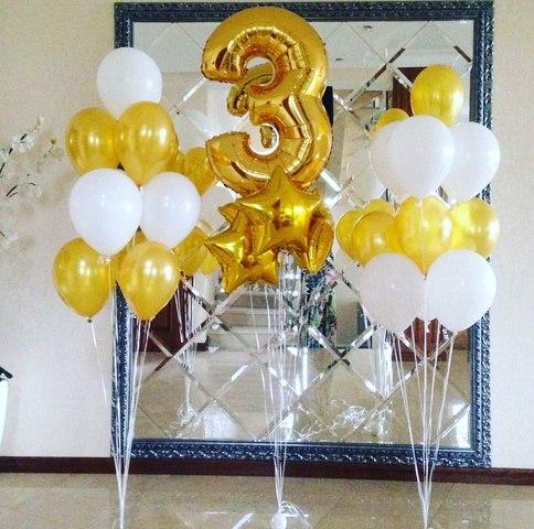 цифра три золотая и стойки с белыми и золотыми шариками