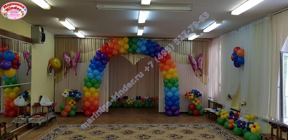 радужная арка и клумбы с цветами