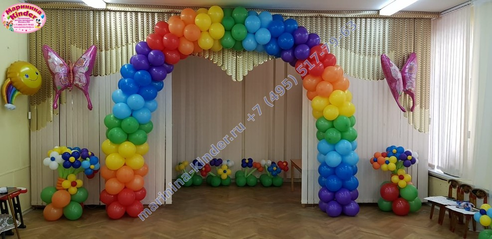 радужная арка и клумба с цветами