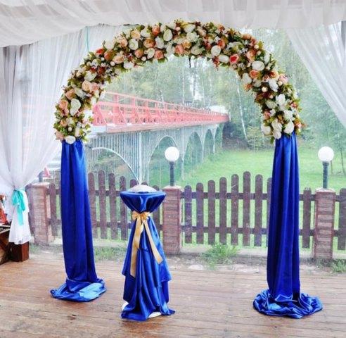 Арка с искусственными цветами синяя