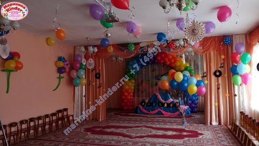 яркое оформление шарами в детском саду