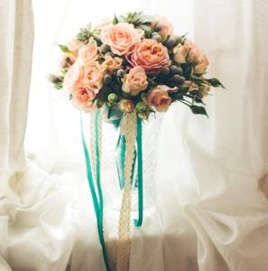 Свадебный букет невесты с кустовыми розами
