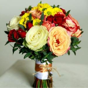 букет невесты с желтыми хризантемами и пионами