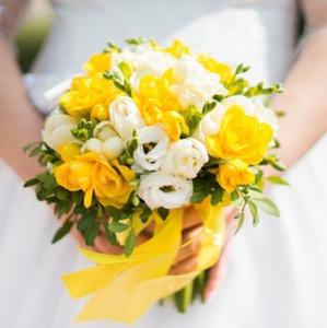 Букет невесты с желтыми фрезиями и белой эустомой