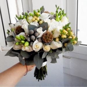 Оригинальный букет невесты с белыми розами