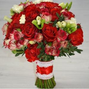 Букет невесты с красными розами и фрезией