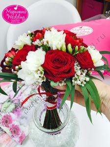 букет невесты с красными розами
