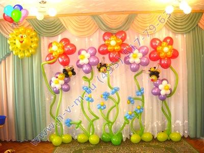 украшение шарами выпускного в саду