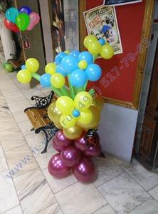 тумба с цветами из шаров