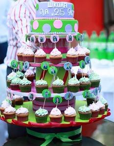 торт на выпускной с капкейками